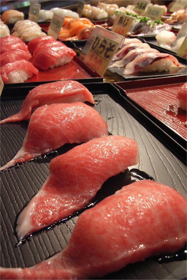 唐戸市場にズラリとならんでいた寿司